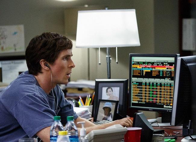 헤지펀드 매니저인 마이클 버리 박사는 2008년 금융위기의 원인이 된 미국 주택 시장 `버블`을 미리 간파하고 공매도 투자에 성공해 8억달러(한화 약 8800억원) 이상의 막대한 수익을 올렸다. /사진=영화 빅쇼트 공식 스틸컷