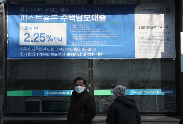 금융당국이 3월 중 개인별로 DSR 기준을 적용하는 등 강화된 정책을 내놓으려고 하는 가운데 21일 서울 시내 한 은행 앞을 시민들이 지나가고 있다. [한주형 기자]