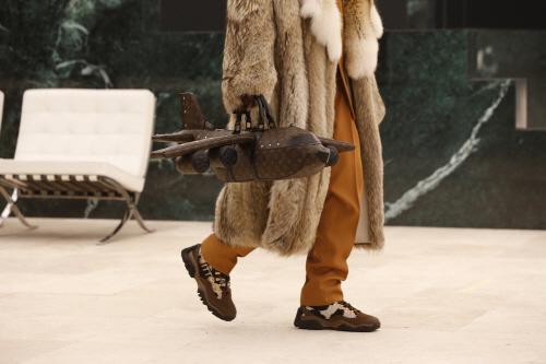 루이비통이 2021년 가을·겨울 패션쇼에서 선보인 `에어플레인-킵올백` [사진 제공 = 루이비통]