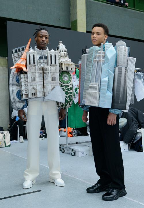 파리와 뉴욕시에서 아이디어를 얻은 `파리 랜드마크 푸퍼 점퍼(왼쪽)`와 `뉴욕 시티 스카이라인 푸퍼 재킷` [사진 제공 = 루이비통]