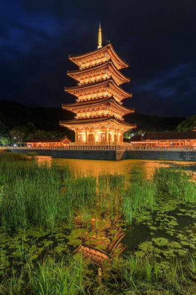 김천 사명대사공원에 설치된 `평화의 탑` 야경. [사진 제공 = 경북도]