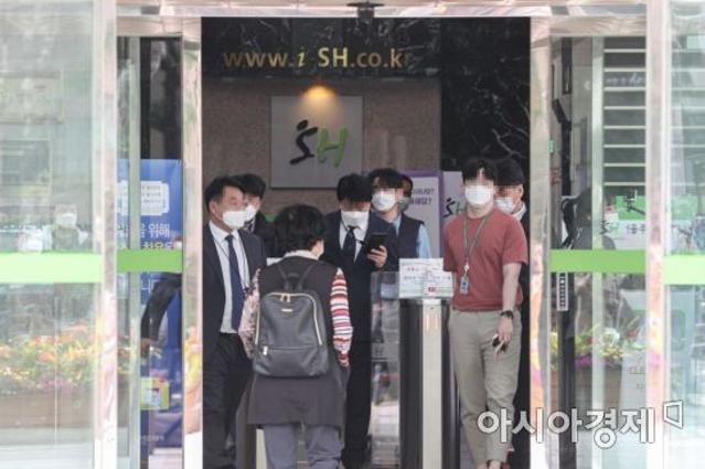 '투기 의혹' 前 행복청장 14시...
