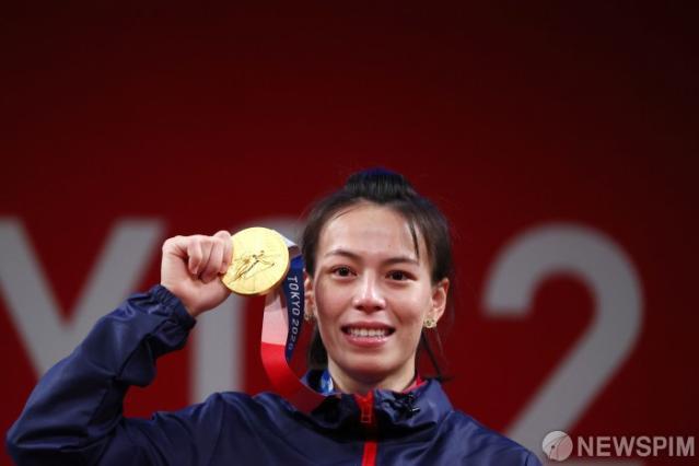 [사진] '첫 금메달' 목에 건 대만 여...