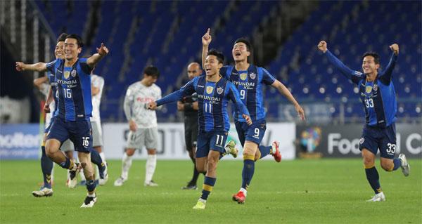 지난 14일 J리그 강호 가와사키를 물리치고 AFC 챔피언스리그 8강행을 가장 먼저 확정지은 울산 현대 선수들이 환호하고 있다.  [사진 출처 = 연합뉴스]