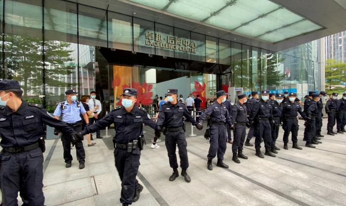 파산 위기 중국 헝다그룹 본사 사옥 지키는 경비원들.[사진 = 로이터 연합뉴스]