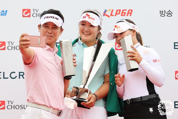 유해란(가운데)이 26일 열린 `엘크루-TV조선 프로 셀러브리티`에서 우승한 뒤 `팀 우승`을 합작한 임창정, 김지영과 기념촬영을 하고 있다. [사진 제공 = KLPGA]