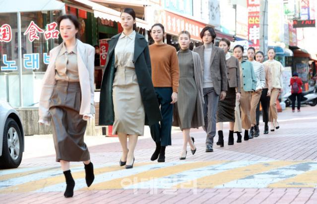 [포토]'골목길 걷는 모델들'